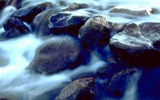 Каменные пороги в реке