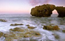 Причудливые камни на берегу