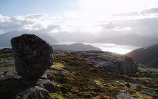 Одинокий камень в горной долине