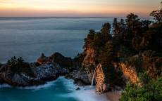 скалы с водопадом на тропическом пляже