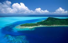 Зеленый остров в синей воде