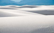 Белые пески пустыни и горы