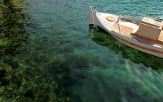 Белая лодка на берегу