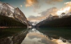 Ледниковое озеро Луиз в национальном парке Банф в Канаде
