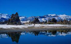 Синяя вода в горном озере