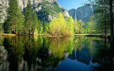 Озеро среди скал