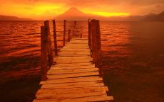 Причал на фоне вулкана
