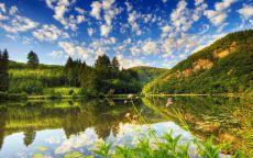 Облака отражаются в озере