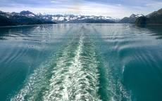 След от катера на воде, горы, озеро