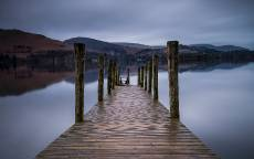 Озеро, пристань деревянная, холмы, берег, отражение