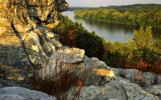 Скалистый берег реки