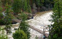 Подвесной мост над горной рекой