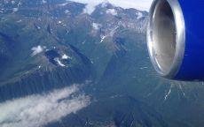 Горы под крылом самолёта