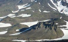 Подножие вулкана в снегу