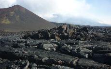 Застывшая лава у подножия вулкана