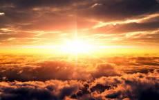 Желтое солнце над облаками