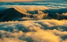 Облака, горы, вершина