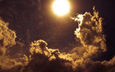 Вечернее солнце в облаках.