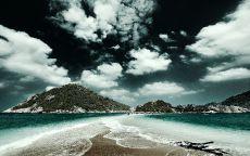 Облака над островами в океане.