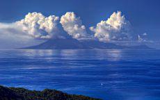 Облака над горами в океане.