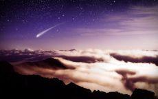 Полет кометы над облаками.