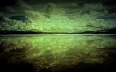 Облака отражаются в воде.