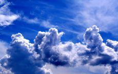 Облака причудливой формы на фоне синего неба.