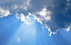 Облака освещены изнутри солнцем.