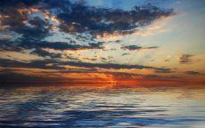 Цветные облака над морем.
