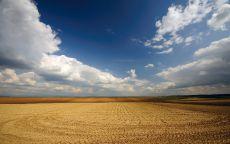 Облака над чистым полем.