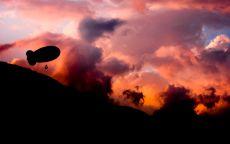 Дирижабль в облаках.