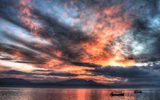 Разноцветные облака над озером.