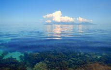 Облака над прозрачной водой.