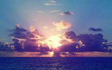 Заход солнца в облака над морем.