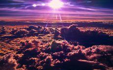 Солнце над розовыми облаками.