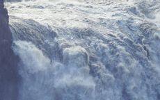 Бурлящая вода водопада