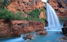 Голубой водопад и красная земля