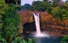 Водопад и горная пещера