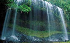 Карниз в скалах с водопадом