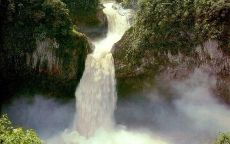 Мощный водопад в горах