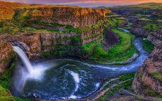 Водопад в каньоне.
