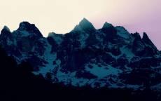 снег на склоне гор