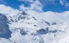 зима, снег, горы, облака на голубом фоне