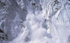 Снежная лавина в горах