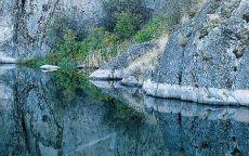 Отражение скалы в озере