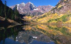 Горы отражаются в чистой реке