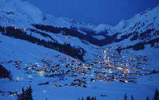 Поселок в горах зимой