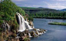 Водопад река и горы