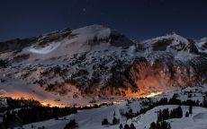 Вечерний городок в ущелье горы