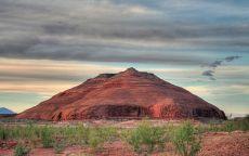 Красная гора в пустыне